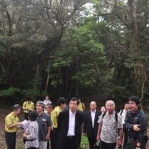 国立公園候補地の視察で来島した中央環境審議会自然環境部会の武内部会長(右から2人目)ら=7日、龍郷町の奄美自然観察の森