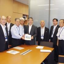 地元選出の金子万寿夫衆院議員(中央)に要望書を手渡す協議会のメンバー=2日、衆院第2議員会館