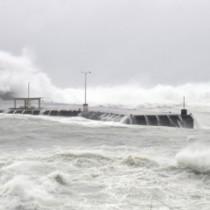高波が押し寄せる知名漁港=8日午前11時20分ごろ、知名町