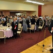 向徹郎会長のアコーディオン伴奏で「安陵愛唱歌」を合唱する鹿児島安陵会総会・懇親会の出席者ら