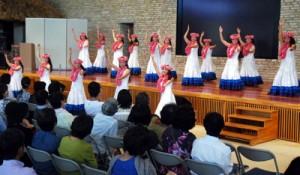 会場に南国の風を届けたネリヤカナヤフェスタのフラダンスパーティー=20日、県奄美パーク