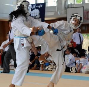 激しい技の応酬となった空手道女子団体組手決勝・和泊町A―奄美市A=27日、和泊小学校体育館