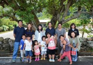 近年、薩川集落に移住したI・Uターン家族。過疎のシマに子どもが増え、「元気をもらえる」と喜ぶお年寄りも多い