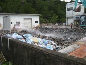 空き缶など約30㌧が燃えた名瀬クリーンセンターの不燃ごみ置き場=7月17日(大島地区衛生組合提供)