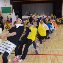 応援も盛り上がった東京奄美会大運動会の大綱引き=8日、東京都北区の東十条小学校体育館