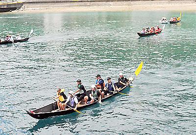 須手海岸から大島海峡を横断して俵海岸を目指す参加者=13日、瀬戸内町