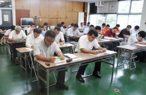 南海トラフ地震関連の防災計画について、県の担当者から説明を受ける市町村職員=18日、奄美市