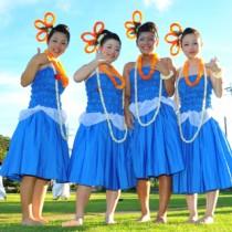 フラガールズ甲子園に出場する喜界高校4人組の「てぃだ めーらび」(右から操さん、富山さん、岩崎さん、玉利さん)=吉行秀和さん提供
