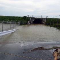 冠水し、通行止めとなった与論町の町道トンネル=9日午前11時25分ごろ