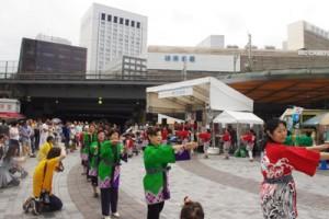東京奄美会婦人部も友情出演し、会場を盛り上げた=21日、東京・有楽町駅前