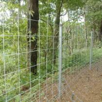 県営事業で、大和村の福元地区に設置されたイノシシ防護柵(資料写真)
