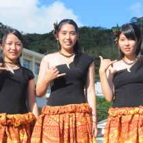 フラガールズ甲子園に初出場する古仁屋高校の阿部さん、吉見さん、田原さん(左から)=16日、瀬戸内町古仁屋