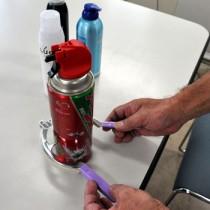 スプレー缶に穴を空けるための工具