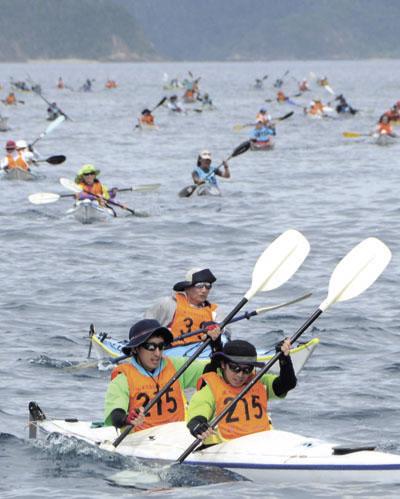 大島海峡を疾走する選手たち=7日、瀬戸内町