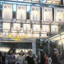 200個の灯籠が境内に通じる参道を照らし、人々の目を引いた六月灯=26日、奄美市名瀬の高千穂神社