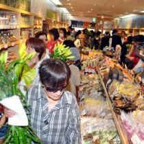 オープン初日から多くの買い物客でにぎわった県商工会連合会のアンテナショップ「かご市」=6月29日、鹿児島市中町