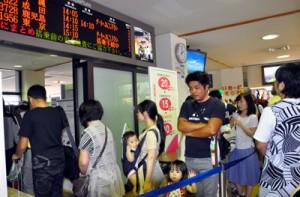 運賃の割引制度を利用して旅行へ出かける搭乗客の姿も見られた奄美空港=19日、奄美市笠利町
