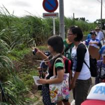 通学路を歩き、危険な場所などを調べる児童ら=12日、和泊町内城