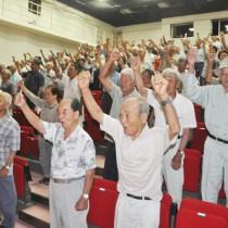 サトウキビの増産に向け、ガンバロー三唱する生産者ら=4日、奄美市笠利町