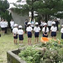 小湊小学校の清掃を行った奄美看護福祉専門学校の教諭と学生(提供写真)