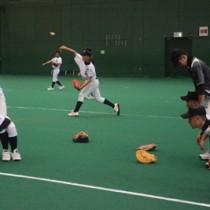 屋内練習で汗を流す徳之島の選手=10日、鴨池公園多目的屋内運動場