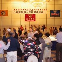 島の踊りを楽しむ参加者たち=13日、東京・市ヶ谷