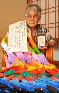 長崎原爆で亡くした父親への思いを胸に千羽鶴を折り続ける安本政代さん=徳之島町山の自宅
