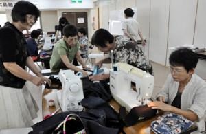 紬を使ったベストの製作に挑戦する受講生=13日、奄美市名瀬