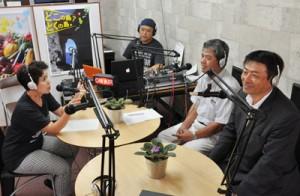 試験放送を行う徳之島FM普及会のメンバーら=5日、徳之島町