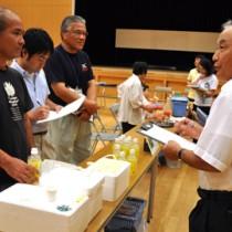 地場産食材などを使った商品を対象にした「あまみ島一番コンテスト」の審査=18日、徳之島町
