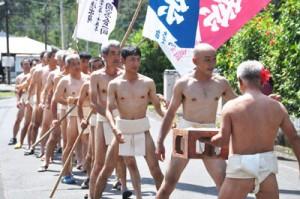 青壮年団らが「ヨイヤ、ヨイヤー」の掛け声とともに練り歩く振り出し=10日、宇検村部連