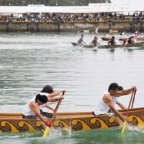 男女合わせて81チームが出場したひらとみ祭りの舟こぎ競争=30日、大和村