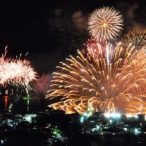 約3千発が打ち上げられた花火=24日夜、宇検村