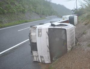 暴風で横転したとみられる2台の軽貨物車=1日午後2時ごろ、瀬戸内町