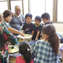 戦時中の生活の様子にも理解を深めた戦中・戦後の食事体験教室=26日、喜界町