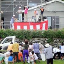 ノエビアが整備する里親施設の棟上げ=12日、与路島