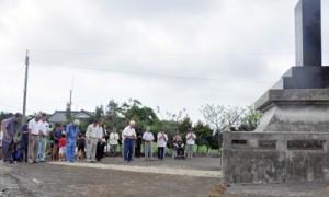 慰霊碑の前で黙とうをささげる参列者=15日、知名町久志検