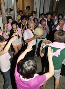 夜を徹して歌い踊った住民ら=17日午前0時20分ごろ、徳之島町井之川
