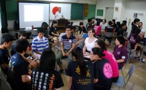 グループごとに英語でスピーチを行った英語キャンプ=12日、奄美市名瀬の奄美少年自然の家