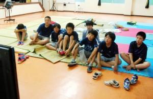 公民館でDVDを見て過ごす来島中の長野県小川村の小学生たち=1日、奄美市住用町