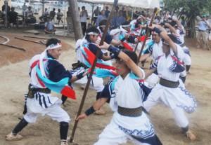 男性たちが鎌や棒などで勇壮に踊る「棒踊り」=17日、大和浜集落