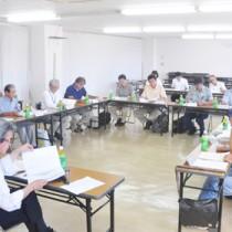 奄美大島生物多様性地域戦略の策定へ向けて開かれた専門委の会合=21日、奄美市