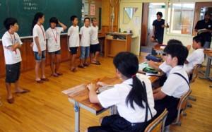 石垣島と奄美大島の違いについて語り合った「石垣・奄美こども会議」=19日、龍郷町の大勝小学校