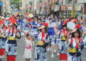 観衆も一緒になって祭り気分を満喫した奄美まつりのパレード=3日、奄美市名瀬