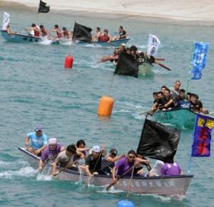 101チームが熱戦を繰り広げた海上競技=3日、和泊町