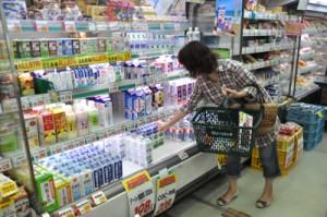 買い物客らが次々と買い求めた乳製品コーナー=7日、奄美市名瀬のグリーンストア