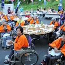 4年ぶりの納涼大会を笑顔で楽しむ「住用の園」の入所者ら=28日、奄美市住用町