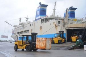 海のダイヤが回復し、生活物資の荷役作業が急ピッチで行われた名瀬港=3日午前9時半ごろ、奄美市名瀬