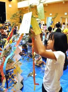 七夕の飾り付けを楽しむ参加者ら=6日、徳之島町