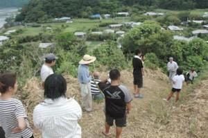 津波避難訓練で集落を見下ろす高台に集まった住民=31日午前9時15分ごろ、奄美市笠利町喜瀬